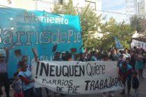[Neuquén] Barrios de Pie se moviliza a hipermercado pidiendo donaciones.