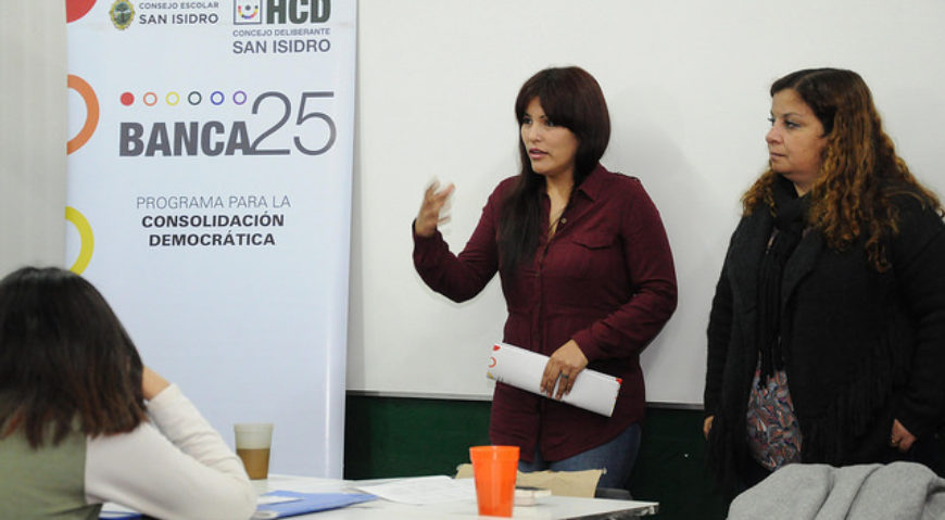 """Las concejales Lili Aguirre y Claudia Nuñez exponiendo en la escuela secundaria n°1 de Boulogne en el marco del programa """"Banca 25"""""""