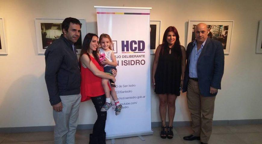 La fotógrafa Val Rossi junto con la concejal Lili Aguirre, el concejal Jorge Álvarez y el presidente del HCD Carlos Castellano, en la inauguración de la muestra.