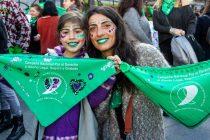 Arte sobre pañuelos verdes: una intervención de diseñadores y artistas