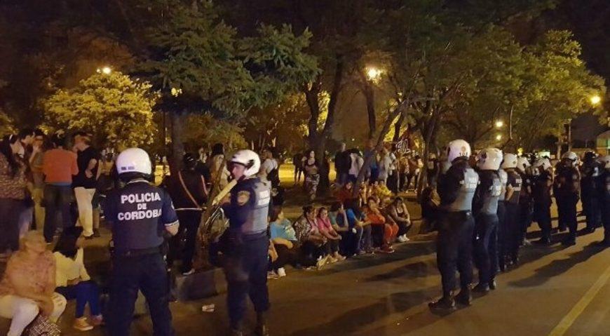 Manifestantes de Barrios de Pie fueron a la Seccional Cuarta a ver a los detenidos.