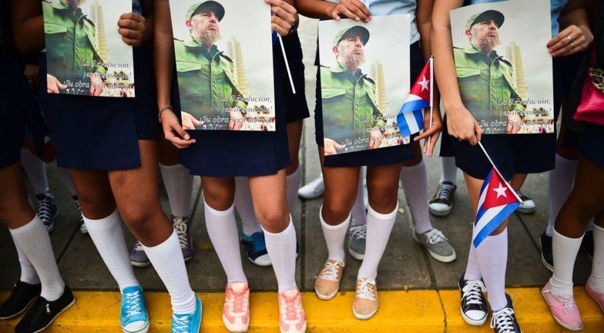 Estudiantes de secundaria esperan a las cenizas de Fidel Castro en Santa Clara, el jueves. Credit Ronaldo Schemidt/Agence France-Presse — Getty Images