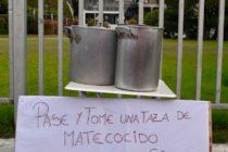 [Lanús] Barrios de pie repartió mate cocido frío en el municipio por la falta de garrafas