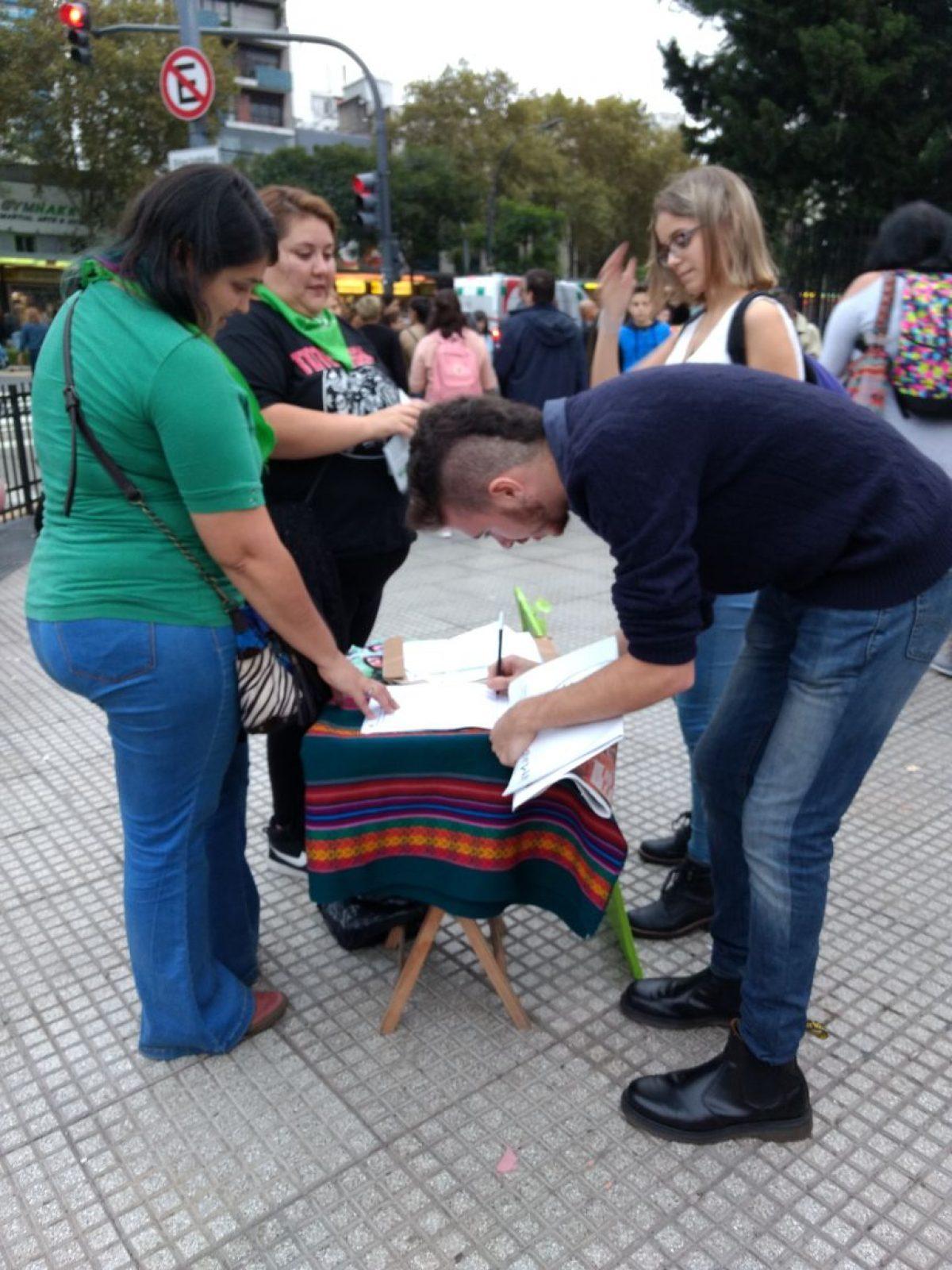 Puntos verdes por el Aborto legal, seguro y gratuito en la Feria del Libro (CABA)